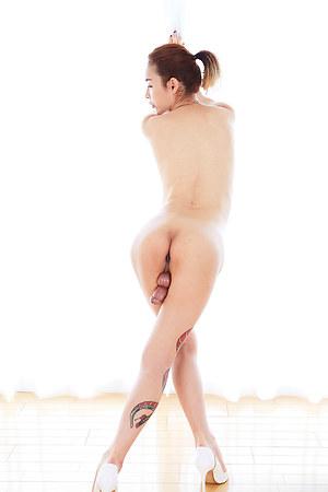 Hyori shows off her beautiful body